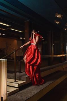 דנה זרמון עם שמלה של MonaLizabeth בהפק