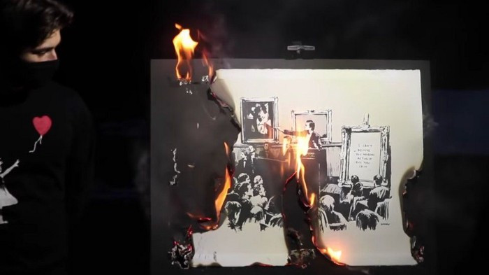 """Banksy - """"Morons"""" dato alle fiamme"""