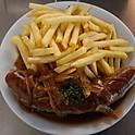 Schweinsbratwurst mit Zwiebelsauce und Pommes Frites