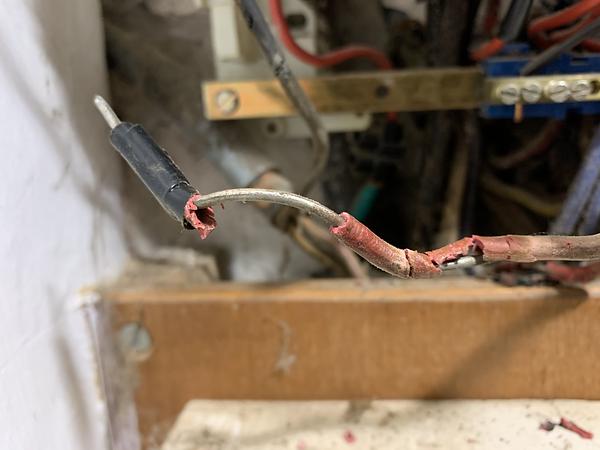 Sécu-Domo-Elec expilque à son client que l'isolant de ses fils électriques est endommagé et qu'il y a urgence à agir.