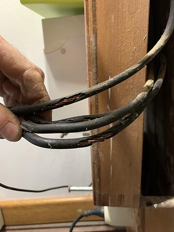 Sécu-Domo-Elec montre à son client l'aspect de dangereusité de la détérioration de l'isolant des câbles électriques