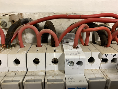 Sécu-Domo-Elec à Saumur met en évidence à son client un cablâge électrique vétuste et dangereux