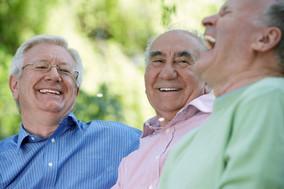 Três amigos que riem