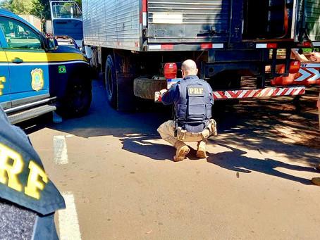 PRF prende motorista com caminhão roubado e placas clonadas em Passo Fundo