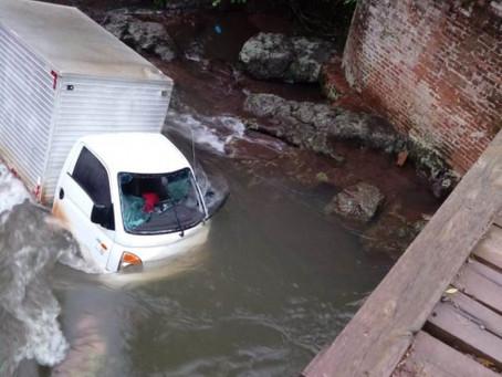 Caminhão cai em rio no interior de Crissiumal