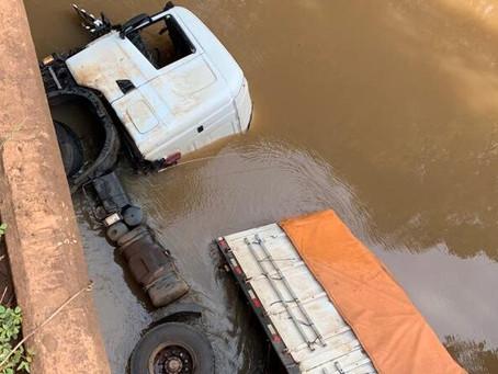 Caminhão despenca de ponte no município de Condor