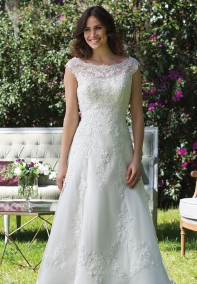 Sincerity 3954. Size 16/18. Was £1105. Now £450