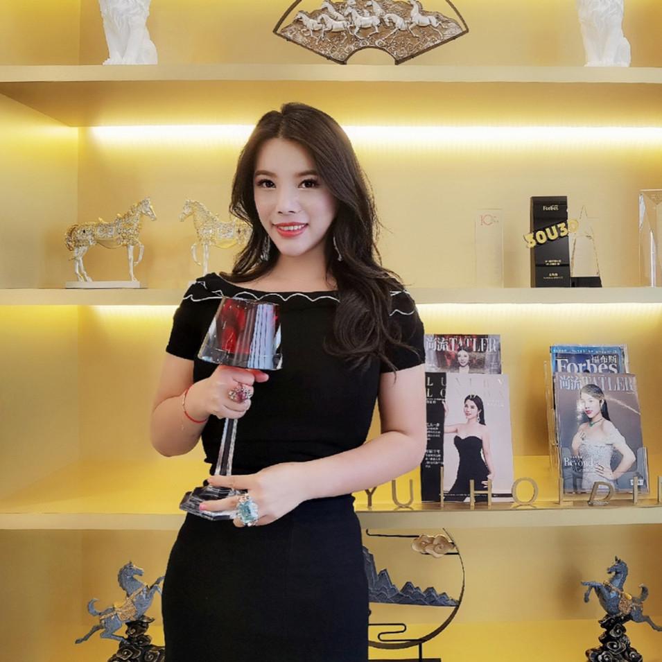 Wendy Yu holding trophy.JPG