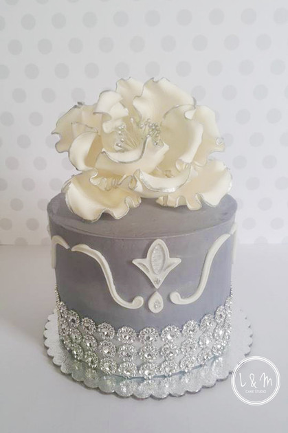 gray-and-white-blingy-cake-with-flower.j