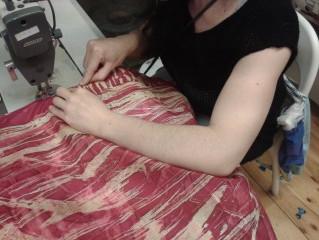 Costura de los Pañuelos de Batik en un Taller Social