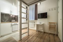 Стол и мини-кухня в семейном апартам