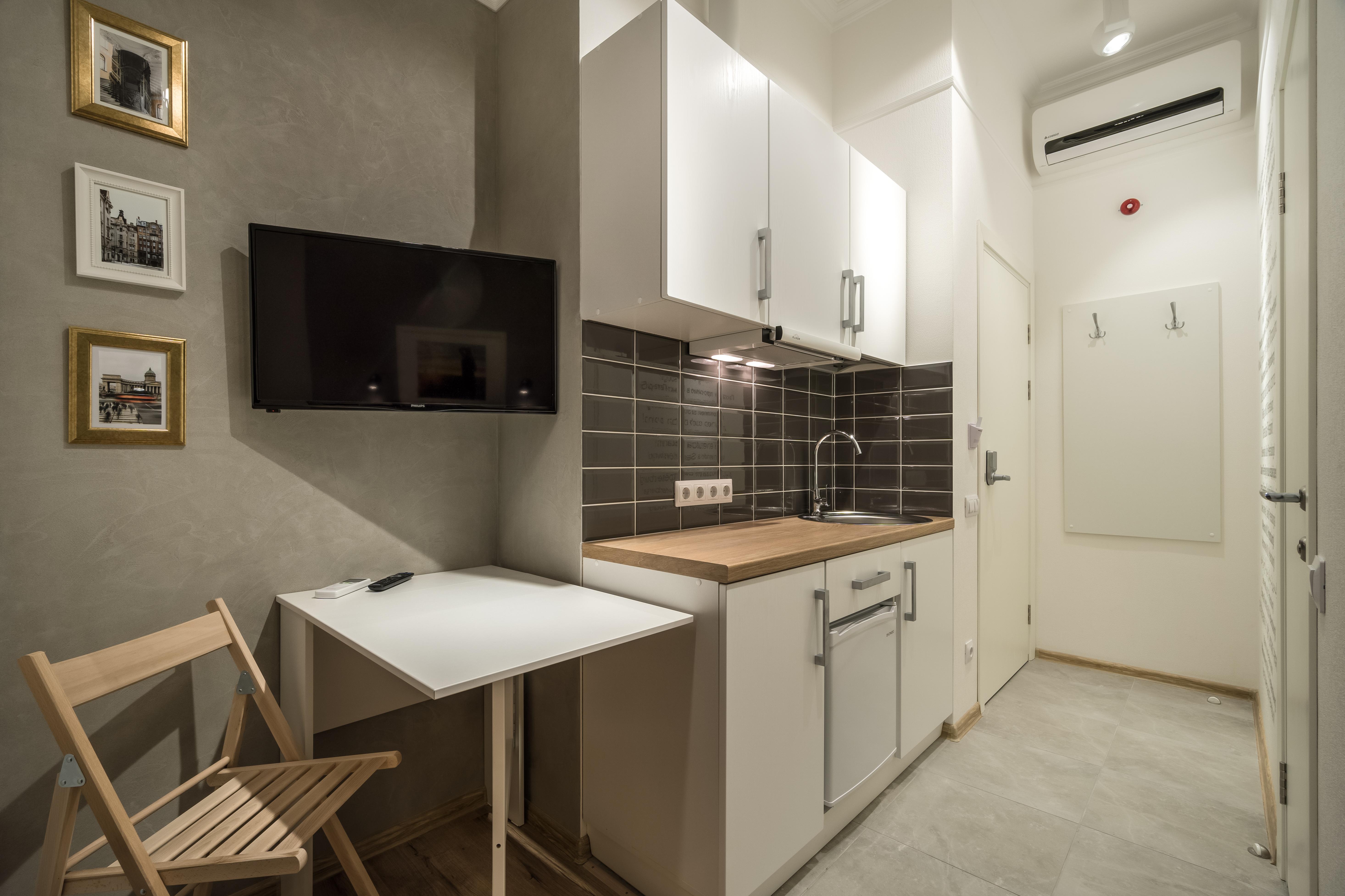 Вход,мини-кухня,стол  в апартаменте