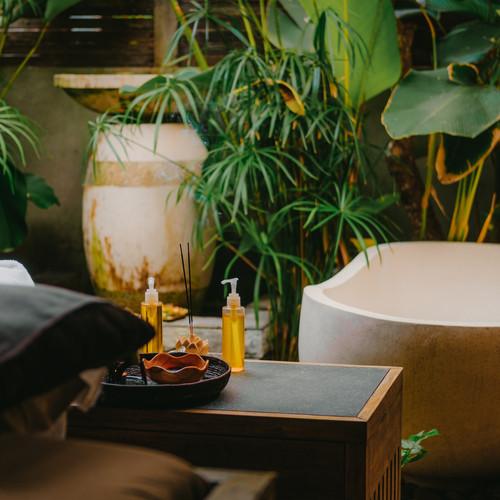 outdoor-spa-salon-massage-oils-burning-i