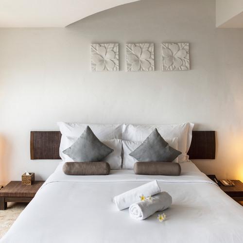 hotel-room-at-a-luxury-resort-DV74YS2.jp