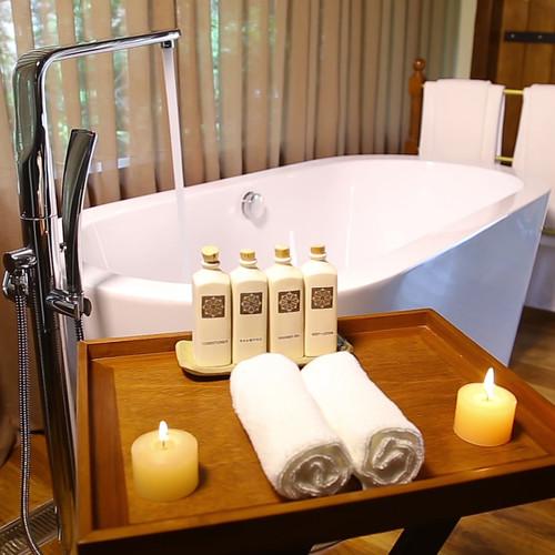 luxury-white-porcelain-bathtub-2S8HZ7P.m