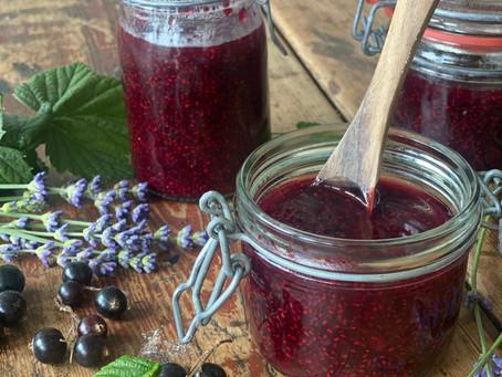 Svartvinbärsmarmelad med chiafrön och lavendel