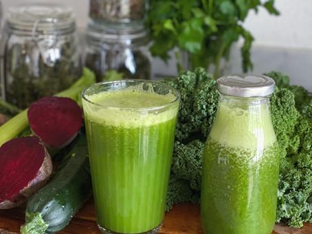 Fasta med gröna juicer och örter