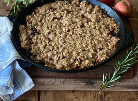 Vegansk stekpanna äppelkaka med kolasmak och rosmarin