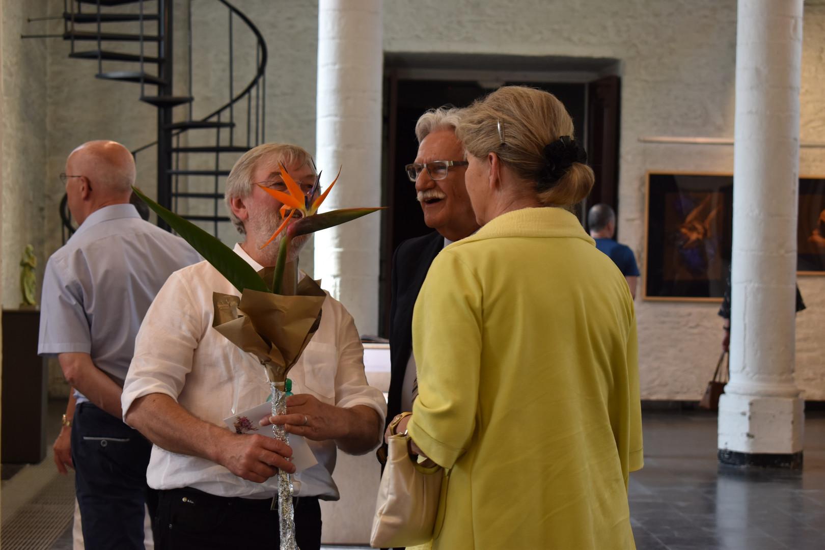 met bloemen van de bezoekers