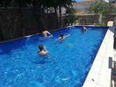 à la piscine de l'hôtel