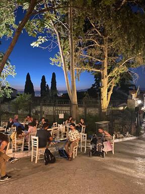 """En découvrant le quartier """"Thissio"""" d'Athènes environ de l'Acropole"""