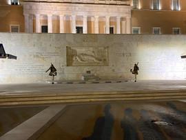 """des Evzones, devant le monument du """"Soldat Inconnu"""""""