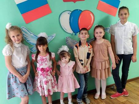 Познавательный час «Гордо реет флаг Российский»