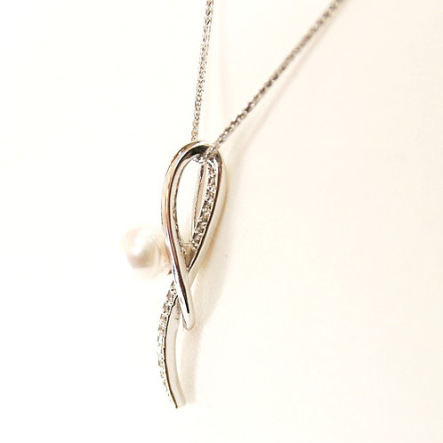 Pearl and Diamond Pendant Necklace in White Gold