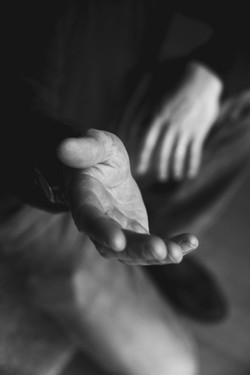 tendre la main (reach out)