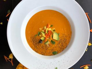 Sopa cruda y vegana de mango, zanahoria y coco al curri
