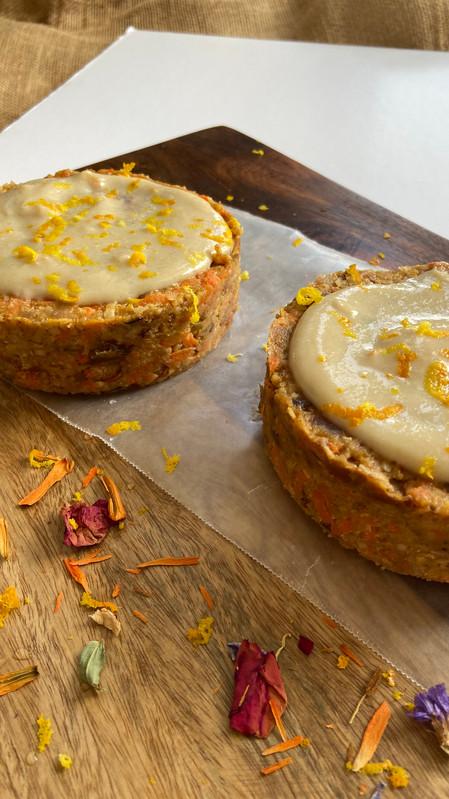 Torta cruda y vegana de zanahoria y manzana