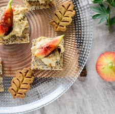 いちじくとベジスモークチーズのバルサミコソースカナッペ、ヘンプ落ち葉クッキー.j