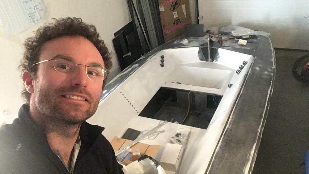 """Benoît MARIE devant son voilier """"laboratoire"""""""