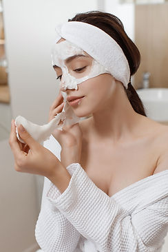 woman-applying-cosmetic-alginate-mask.jp