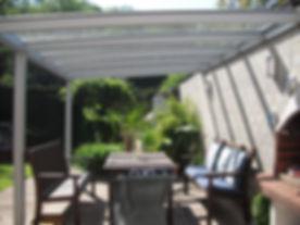 Terrassendach in Bad Münstereifel als Sommergarten. Die Terrassenüberdachung in Bad Münstereifel mit Glasschiebetüren als Kalt-Wintergarten. Das Terrassendach wurde zu einem Kalt-Wintergarten in Bad Münstereifel mit wenig Kosten schlüsselfertig ausgebaut.