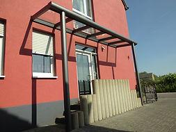 Haustür Vordach-Haustür-Ueberdachung mit Wintergarten-Solution Satzkowski. Vordach als Hauseingang Ueberdachung aus Aluminium mit Glasdach so wie LED-Beleuchtung