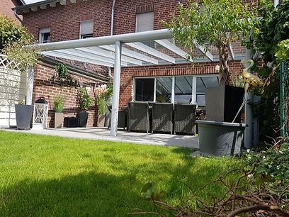meisterhafte Terrassenüberdachung mit Wintergarten-Solution Köln