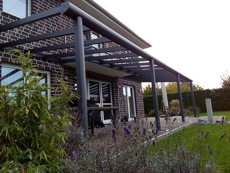 Terrassendach in Moers aus Aluminium und Sicherheitsglas im Dach. Das günstige Terrassendach Angebot für die Überdachung in Moers konnte im Preis überzeugen, so dass der Ausbau zum Kalt-Wintergarten in Kürze erfolgt.