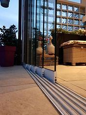 Terrassenüberdachung mit Schiebetüren aus Glas von Wintergarten-Solution