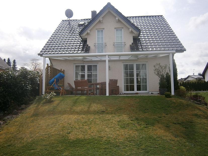 Terrassendach Wassenberg mit Glasdach und Aluminium. Das Terrassendach Wassenberg kann mit wenigen Kosten und einen günstigen Preis zum Wintergarten ausgebaut werden