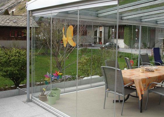 Terrassenüberdachung mit Glasschiebetüren von Wintergarten-Solution. Glas-Schiebetüren für Terrassendach umbau zum Wintergarten.