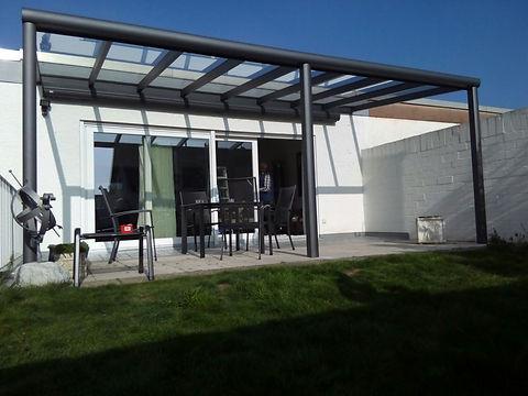 Terrassendach in Bonn aus Aluminium und Sicherheitsglas im Dach. Das günstige Terrassendach Angebot für die Überdachung in Bonn konnte im Preis überzeugen, so dass der Ausbau zum Kalt-Wintergarten in Kürze erfolgt.