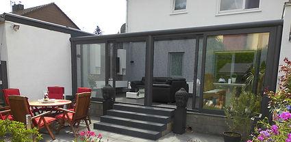 Wintergarten in Ratingen zum Wohnen aus ISO-Glas und Aluminium. Der schlüsselfertige Wintergarten in Ratingen wurde sehr preisgünstig mit sehr kleinen Wintergarten Kosten angebaut. Innerhalb kurzer Zeit mit einem günstigen zuverlässigen Wintergarten Preis