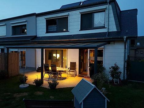 Terrassendach in Moers als Sommergarten. Die Terrassenüberdachung in Moers mit Glasschiebetüren als Kalt-Wintergarten. Das Terrassendach wurde zu einem Kalt-Wintergarten in Moers mit wenig Kosten schlüsselfertig ausgebaut.