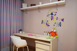 Bancada de estudo com adesivo de parede