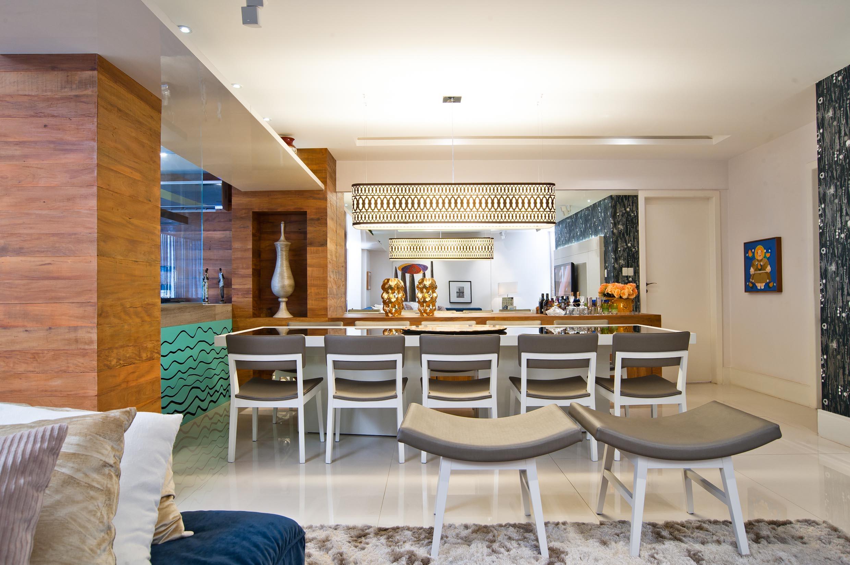 Sala de Jantar com lustre linear em renda sintética