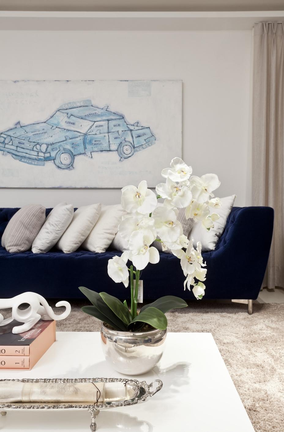 Sofá azul com almofadas brancas