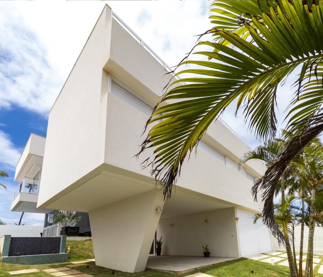 Casa moderna em terreno em aclive