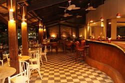 Salão de mesas com piso xadrez