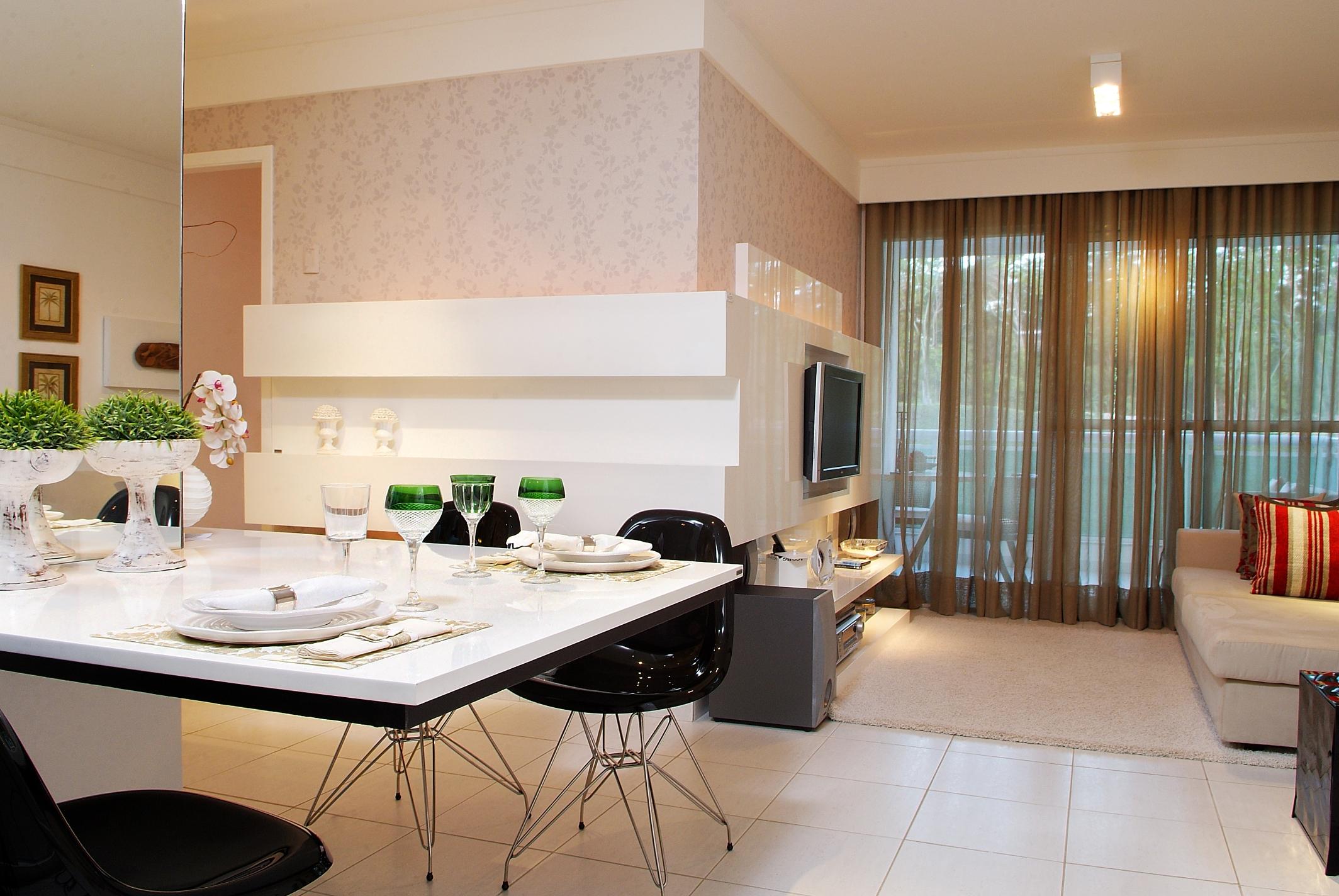 Sala integrada com mesa acoplada à parede
